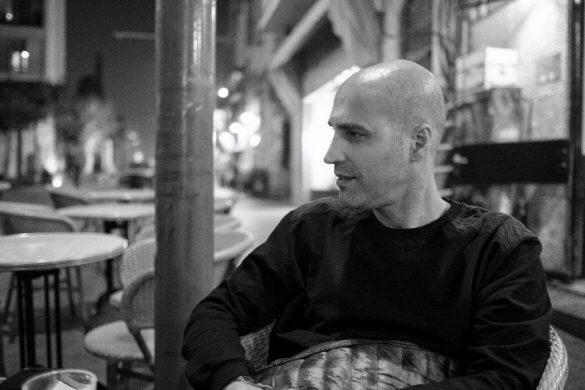 ארז מסניף שופרא שבקניון מלחה יושב בתמונת שחור לבן