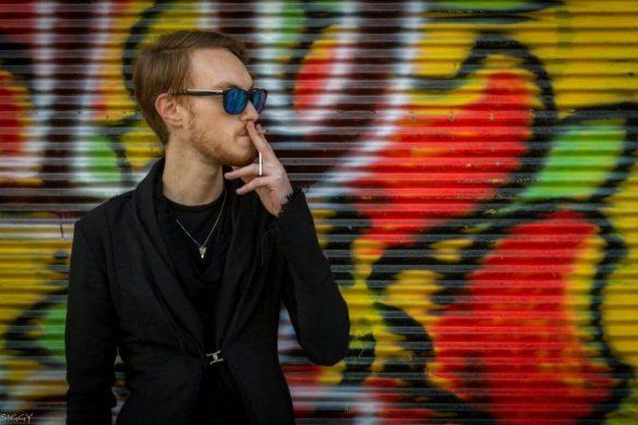 גיא מסניף שופרא שינקין עומד ומעשן סיגריה