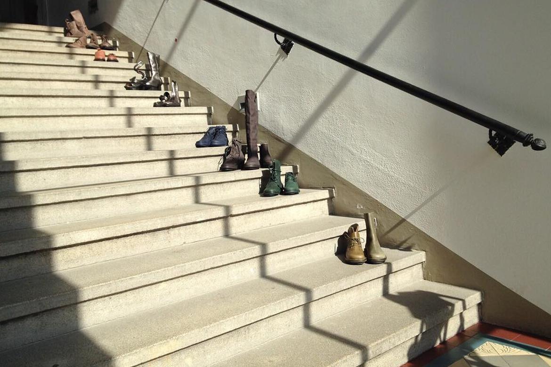 נעלי טריפן (Trippen) בצבעים שונים על מדרגות