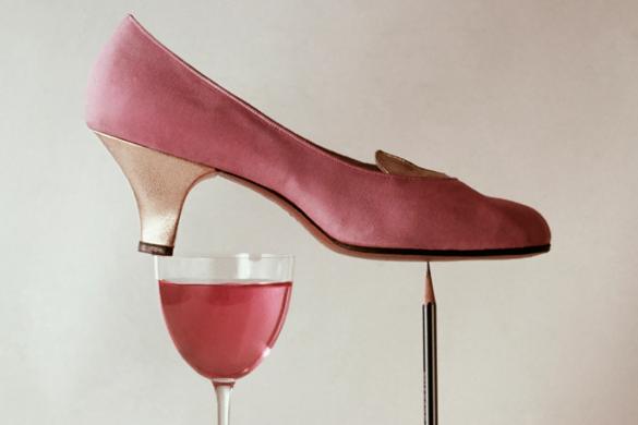 גלריה | ריצ'רד רוטלדג' - נעל עקב ורודה ומאוזנת על עפרון וכוס קטנה
