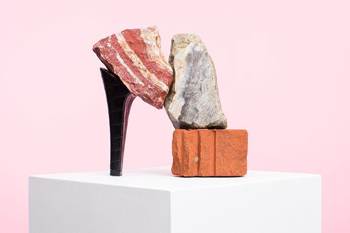 אמנות - יצירת נעליים מעקב של Putput ואבנים מסוגים שונים