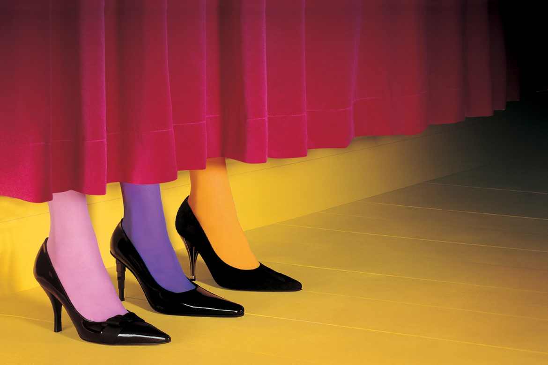 נעליים מאחורי פרגוד - שלוש רגליים עם נעלי עקב מסוגים שונים ובגרביונים בצבעים שונים