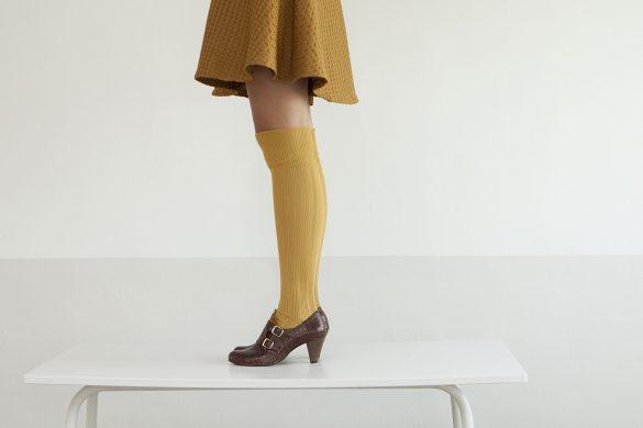 אישה נועלת נעלי שומייקר חומות