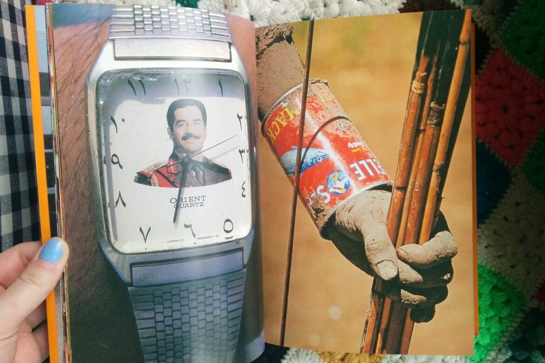 תמונה של ספר ובו בדך אחד אדם עוטה על ידו השמאלית פחית ובדף אחר שעון של צדאם חוסיין