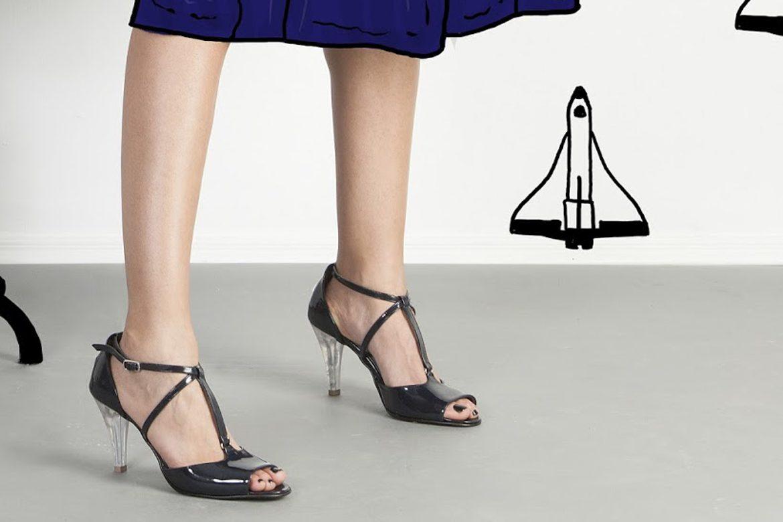 אישה נועלת נעלי שומייקר שחורות עם עקב שקוף