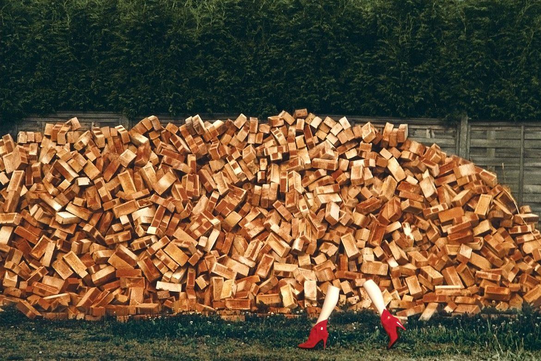 נעלי עקב אדומות על רגלי בובת תצוגה ליד קוביות עץ