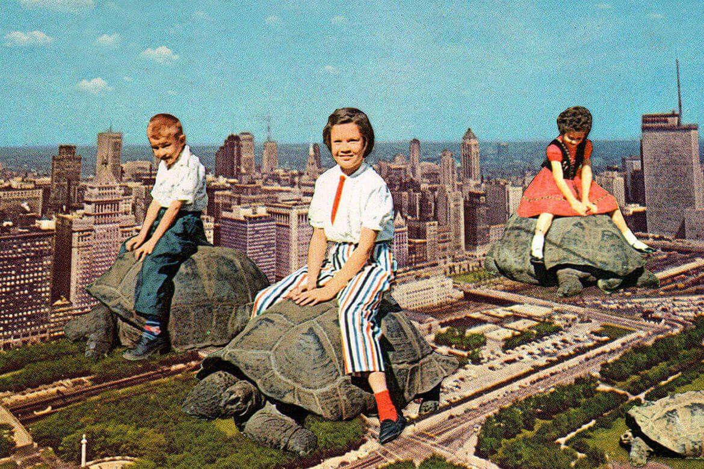 יוג'ינה לולי - קולאז' של שני ילדים וילדה מעופפים בשמיים על גבי צבי יבשה ענקיים