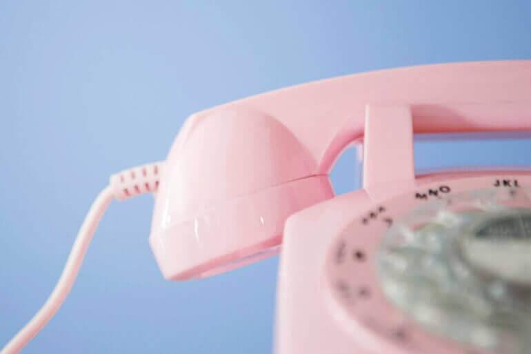 טלפון חוגה ורוד על רקע תכלת