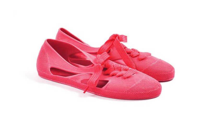 פנטון (Pantone) - נעליים ורודות עם שרוכים
