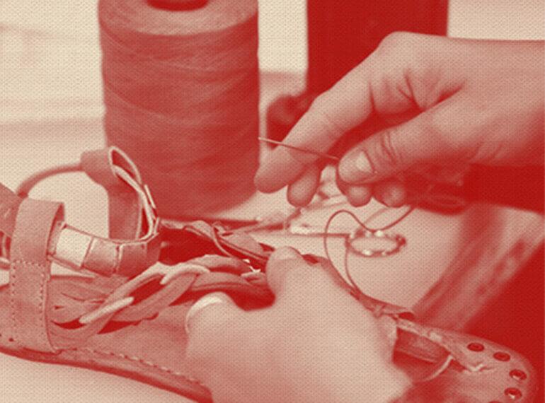 תצלום - תופרת עובדת על סנדלי A.S-98 בעבודת יד