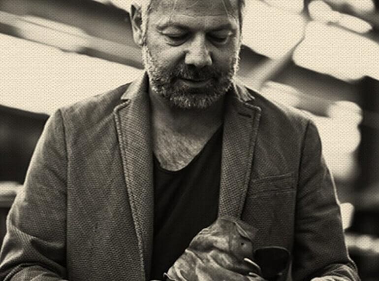 אדם עובד על נעל בעבודת יד על מנת לייצר את הגימור הסופי