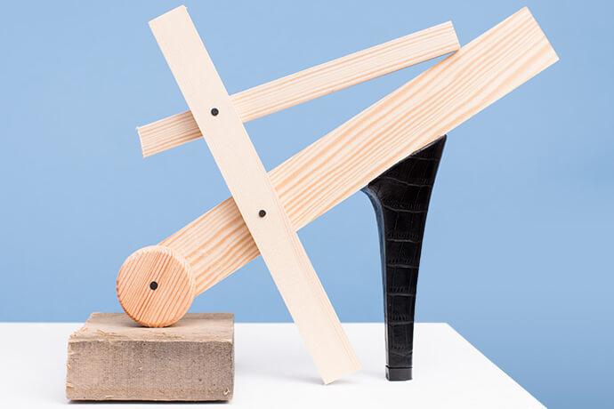 """אמנות - יצירת """"נעל"""" מעקב של חברת Putput, עץ, ברגים ואבן משתלבת"""