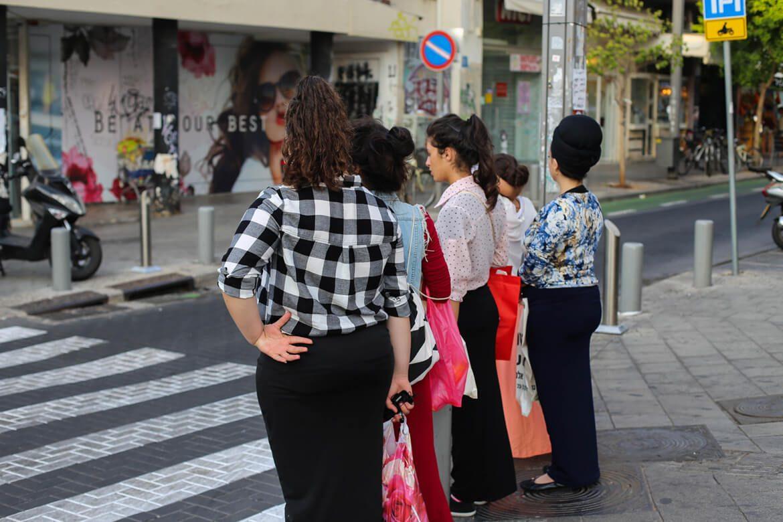 נשים עומדות במעבר חציה שאיזור רחוב שנקין תל אביב