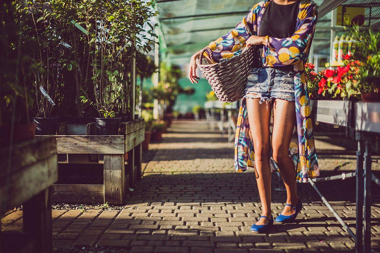 אאישה נושאת סלים בין גינות אורבניות