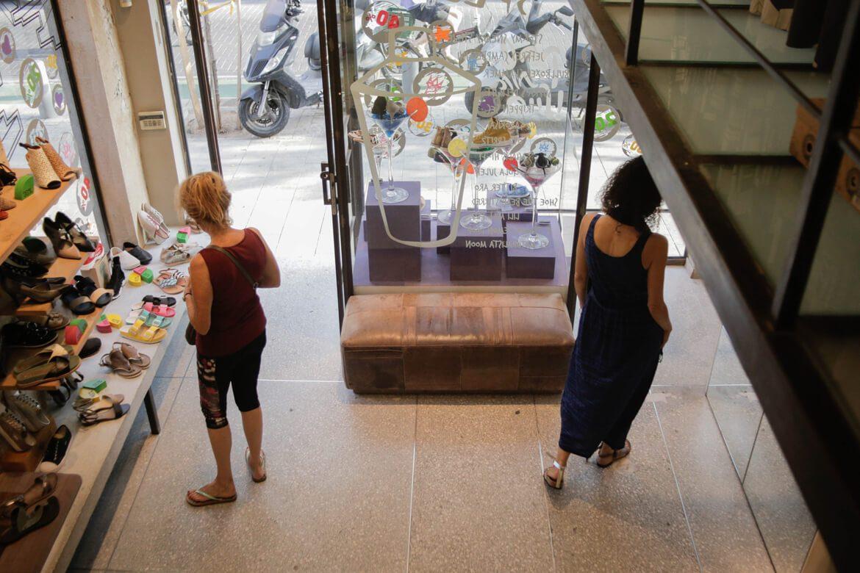 צילום של שתי נשים מהקומה השניה של חנות שופרא בשינקין
