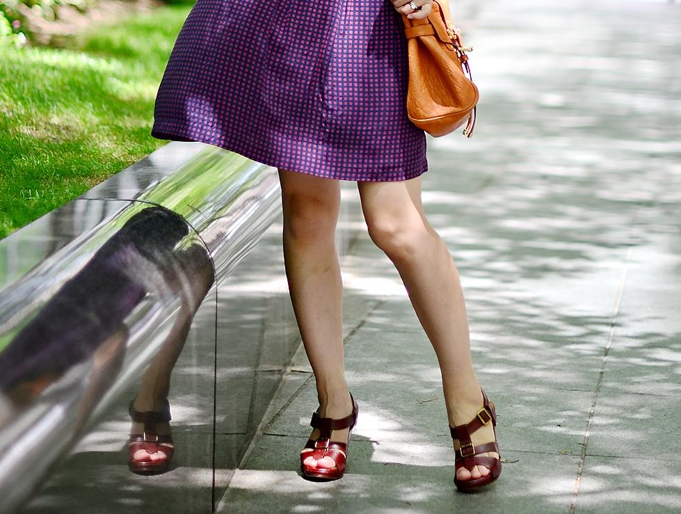 אישה בשמלה סגולה ונעליים של צ'י מאהרה