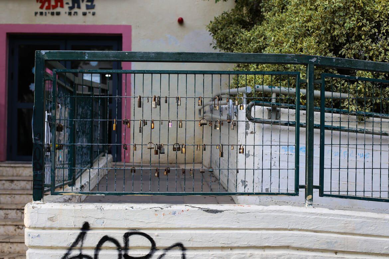 מנעולי אהבה על גדר מחוץ לבית תמי באיזור חנות שינקין