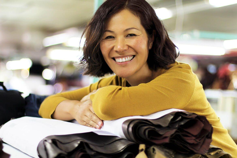 צ'י מיהארה - תמונת של האמנית בחולצה צהובה