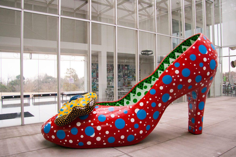 יצירת אמנות על בסיס נעל עקב ענקית