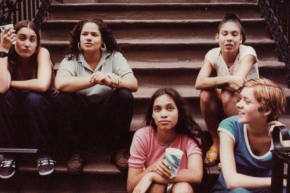 גלריה | הסקייטרים של לארי קלארק | Kids-1995 - חמש נערות יושבות על המדרגות, רוזאריו דוסון בחולצה הורודה