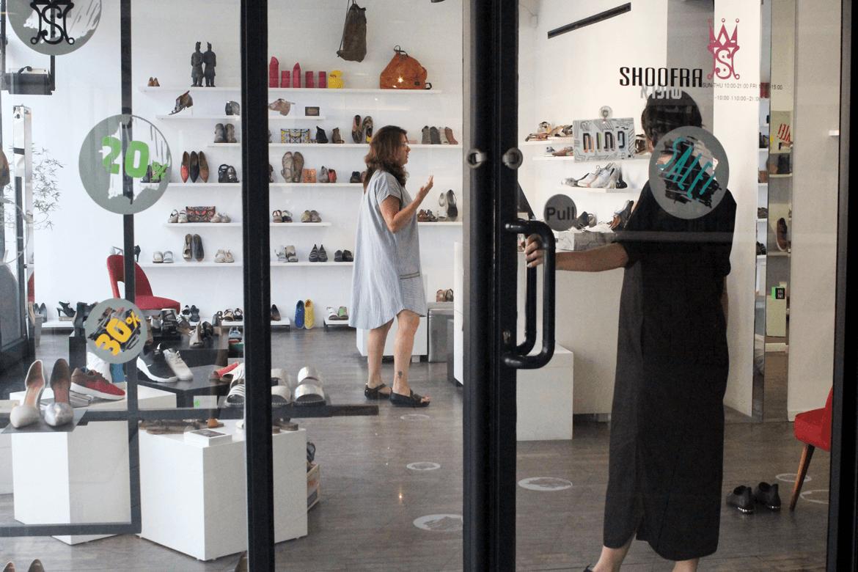 נשים בחנות נעליים של שופרא בירושלים