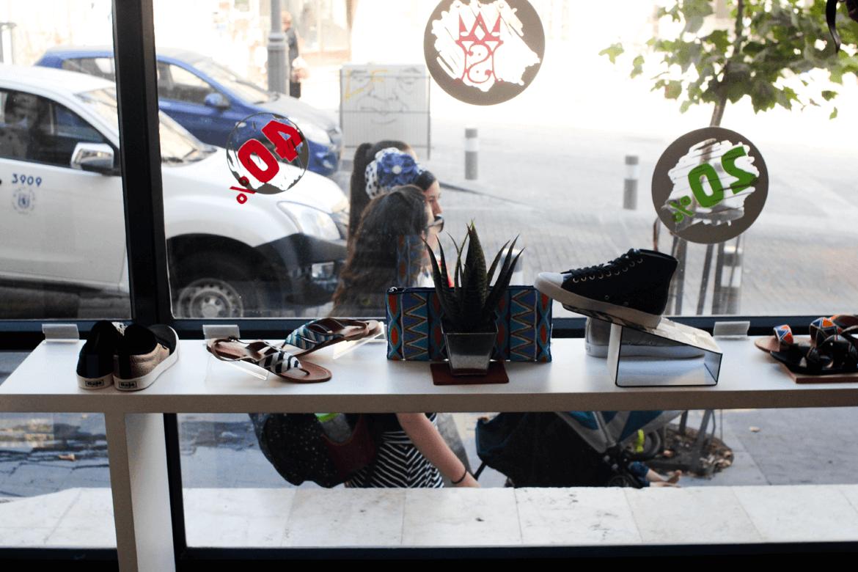 חלון הראווה של חנות שופרא אל עבר הרחוב בסניף שלומציון המלכה בירושלים
