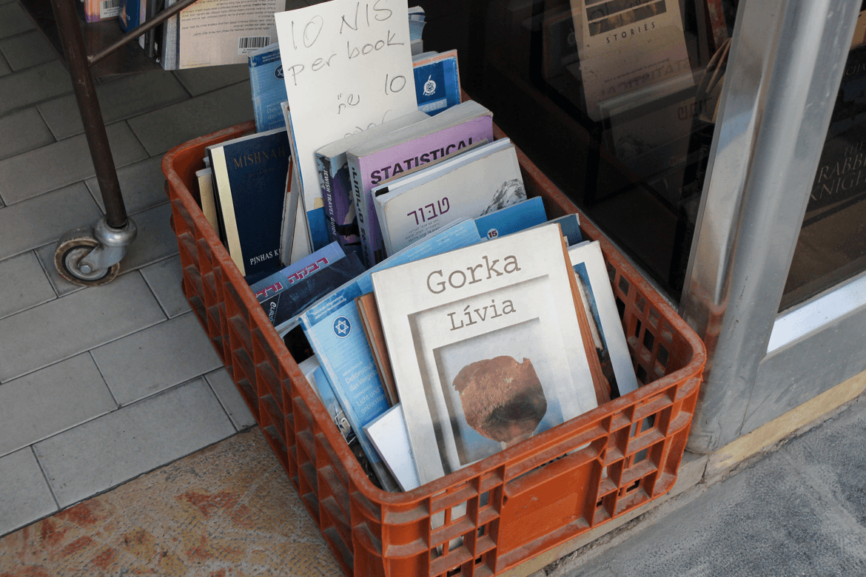 ספרים ישנים לרכישה ברחוב של שלומציון ירושלים בעלות של עשרה שקלים לספר