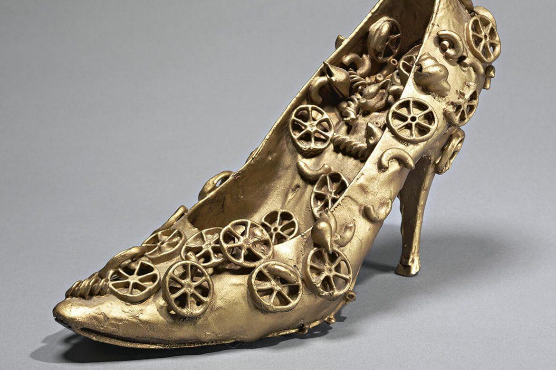 יצירת אמנות מוזהבת על בסיס נעל עקב