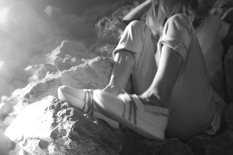 נעליים על סלעים בשחור לבן\ספיה