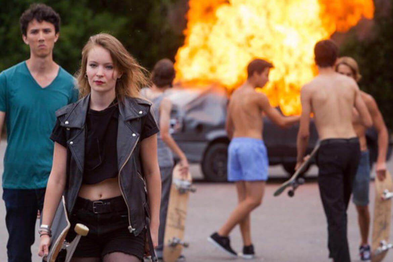 ילדים נמצאים בקרבת מגרש חניה שם מכונית עולה באש, כחלק מהסרט the smell of us משנת 2014 של לארי קלארק