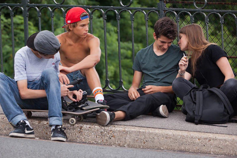 ארבעה בני נוער יושבים, אחת מעשנת, מתוך הסרט the smell of us
