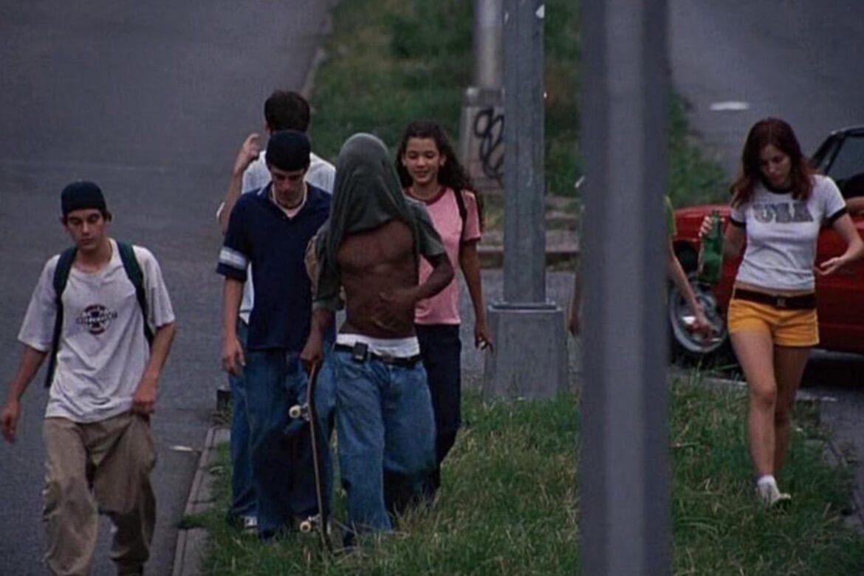 קולנוע | הסרט ילדים משנת 1995 - חבורה ילדים צועדים, חלק עם סקייטבורדים, כולם לבושים באפנת רחוב