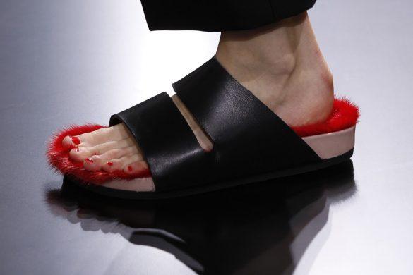 נעלי פרווה אדומה