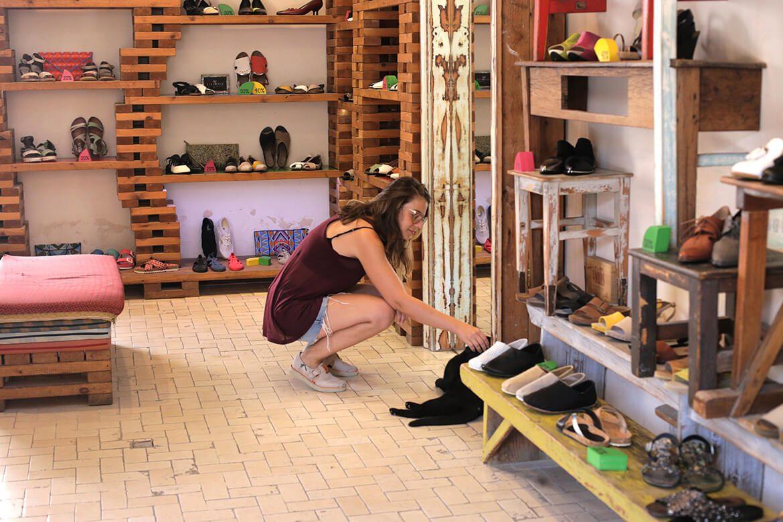 אישה בוחנת נעלי נשים בחנות שופרא בסניף מתחם התחנה תל אביב