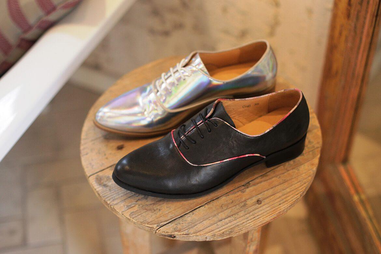 נעליים לנשים על שרפרף עץ, נעל בצבע שחור ונעל בצבע כסף