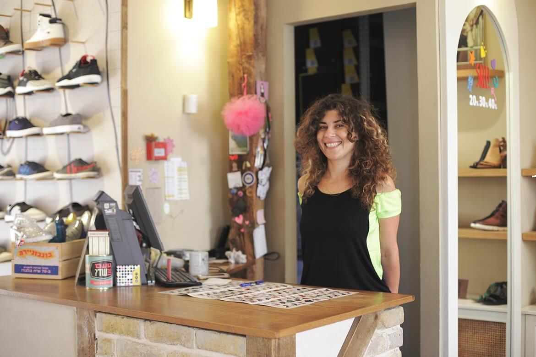 מוכרת נעליים בחנות שופרא תל אביב
