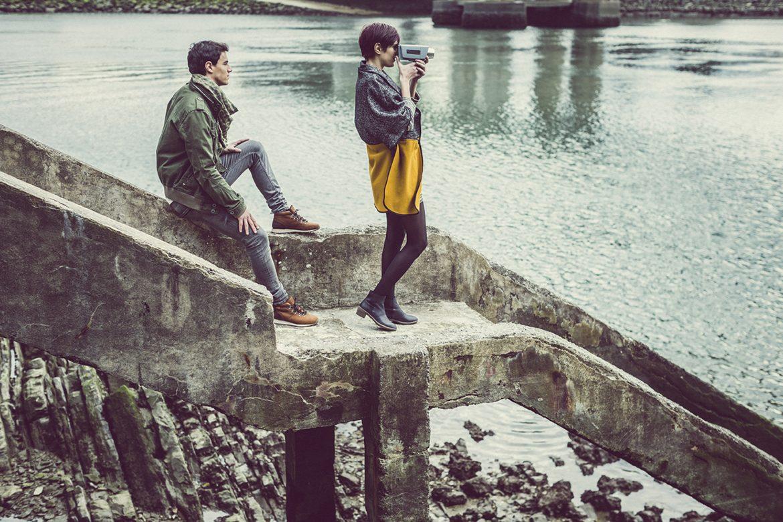 בחור ובחורה יושבים על גדת הנהר