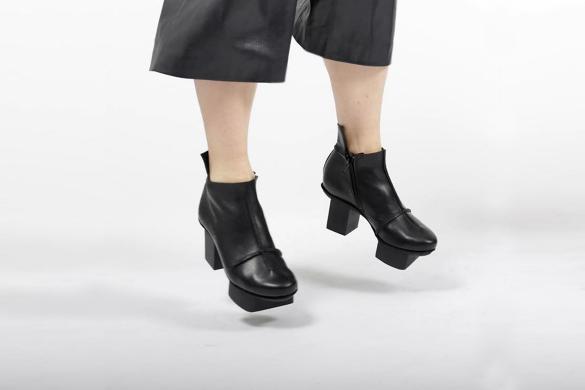 טריפן - נעליים עם פלטפורמות שחורות