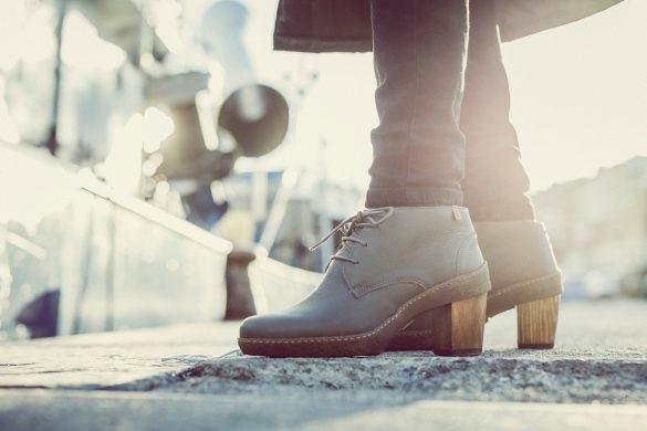 אישה נועלת נעליים ממותגי שופרא