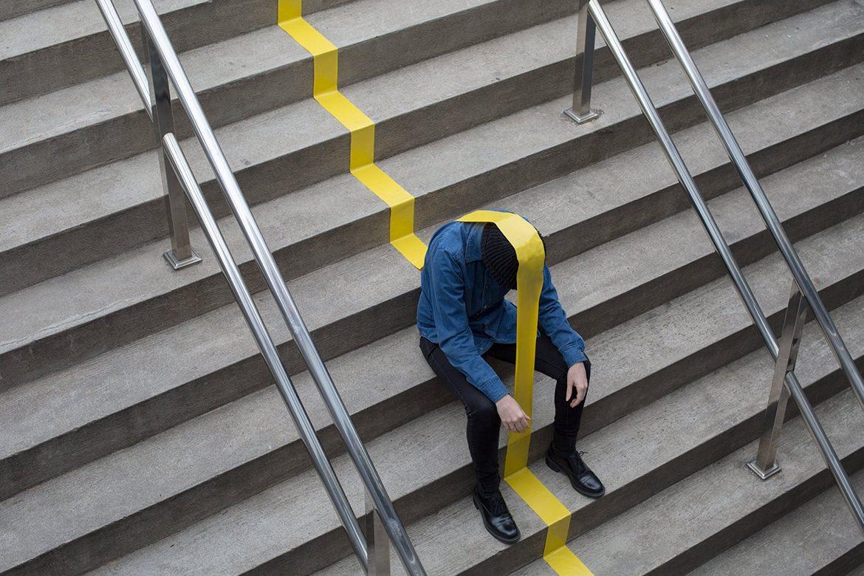 צילום - אדם על מדרגות