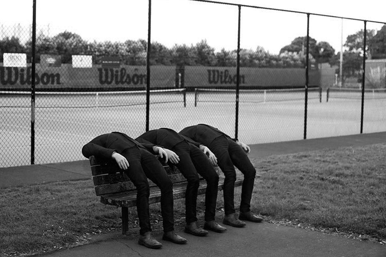 צילום - שלושה אנשים מרוחים אחורה